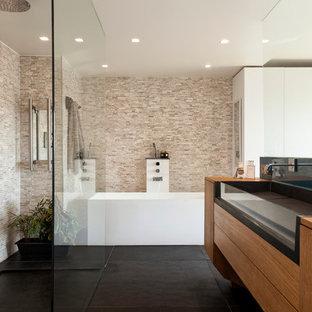 Idées déco pour une grand salle de bain principale contemporaine avec une grande vasque, un placard à porte plane, des portes de placard en bois brun, une douche ouverte, un carrelage beige, un mur beige, un plan de toilette en bois, aucune cabine, un plan de toilette marron, une baignoire d'angle, un sol en carrelage de porcelaine et un sol noir.