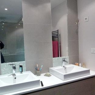 Großes Modernes Duschbad mit flächenbündigen Schrankfronten, lila Schränken, bodengleicher Dusche, beigefarbenen Fliesen, Keramikfliesen, rosa Wandfarbe, Keramikboden, Einbauwaschbecken, Quarzwerkstein-Waschtisch, beigem Boden und offener Dusche in Paris