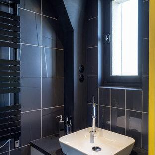 Inspiration pour une salle de bain design de taille moyenne avec un carrelage noir, un mur noir et un lavabo posé.