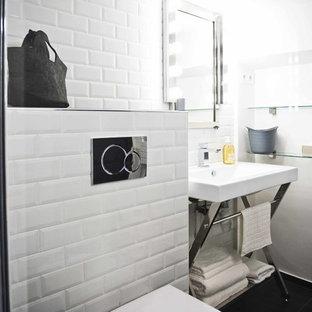 Exemple d'une salle d'eau moderne de taille moyenne avec un carrelage blanc, un carrelage métro, un mur blanc et un plan vasque.