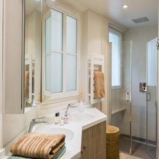 Cette photo montre une salle d'eau tendance de taille moyenne avec des portes de placard en bois clair, une douche à l'italienne, un carrelage beige, carrelage en mosaïque, un mur beige, un sol en carrelage de céramique, un lavabo intégré, une cabine de douche à porte battante et un placard à porte vitrée.