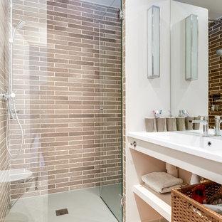 Inspiration för mellanstora moderna badrum med dusch, med en dusch i en alkov, en vägghängd toalettstol, beige kakel, vita väggar, klinkergolv i keramik, ett integrerad handfat och dusch med gångjärnsdörr