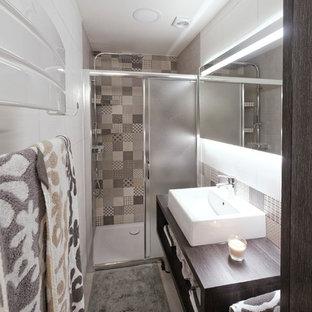 Kleines Nordisches Duschbad mit offenen Schränken, braunen Schränken, bodengleicher Dusche, grauen Fliesen, Keramikfliesen, weißer Wandfarbe, Keramikboden, Trogwaschbecken, Laminat-Waschtisch, grauem Boden und Schiebetür-Duschabtrennung in Toulouse