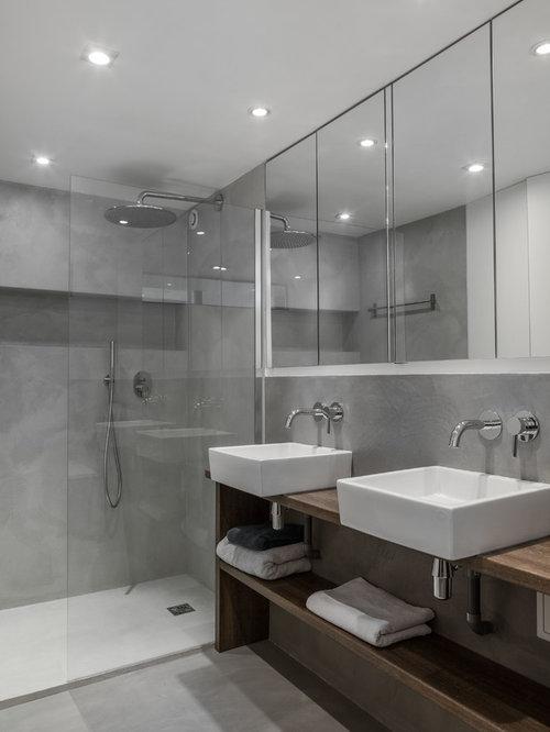 Salle de bain avec des portes de placard en bois sombre et - Salle de bains a l italienne ...