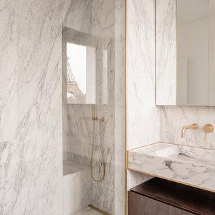 Exemple d'une salle de bain principale tendance avec un placard à porte plane, des portes de placard en bois sombre, une douche à l'italienne, un carrelage blanc, du carrelage en marbre, un mur blanc, un sol en marbre, un lavabo intégré, un plan de toilette en marbre, un sol blanc et un plan de toilette blanc.