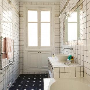 Diseño de cuarto de baño con ducha, tradicional renovado, con armarios abiertos, puertas de armario blancas, bañera encastrada, baldosas y/o azulejos blancos, baldosas y/o azulejos en mosaico, paredes blancas, lavabo sobreencimera, encimera de azulejos, suelo negro y encimeras blancas