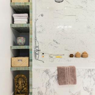 Cette photo montre une salle de bain principale tendance de taille moyenne avec un placard sans porte, une baignoire encastrée, un combiné douche/baignoire, un WC séparé, un carrelage blanc, un carrelage gris, du carrelage en marbre, un mur gris, un sol en marbre, un sol gris, aucune cabine, une niche, meuble double vasque et meuble-lavabo encastré.