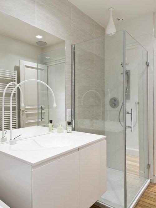 salle de bain avec un lavabo int gr et une douche d 39 angle photos et id es d co de salles de bain. Black Bedroom Furniture Sets. Home Design Ideas