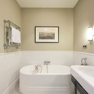 Idee per una stanza da bagno padronale minimal di medie dimensioni con vasca freestanding, piastrelle beige, piastrelle bianche, pareti beige, pavimento con piastrelle in ceramica e lavabo integrato