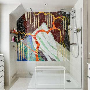 Inspiration pour une salle de bain design avec un placard à porte plane, des portes de placard blanches, une douche ouverte, un mur beige, un lavabo intégré, un sol beige, aucune cabine et un plan de toilette blanc.
