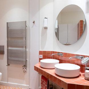 Diseño de cuarto de baño principal, actual, de tamaño medio, con armarios con rebordes decorativos, puertas de armario blancas, baldosas y/o azulejos rosa, baldosas y/o azulejos de terracota, paredes blancas, suelo de azulejos de cemento, lavabo tipo consola, encimera de azulejos, suelo rosa y encimeras rosas