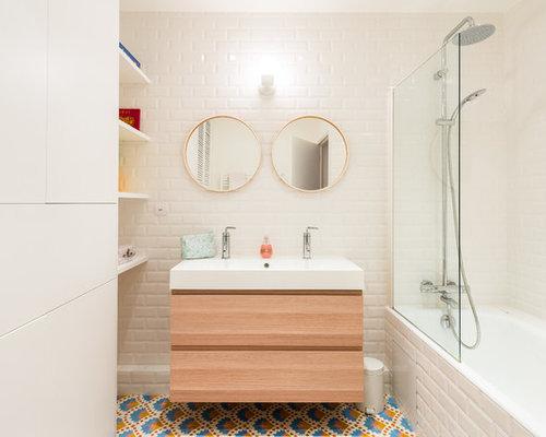 cette image montre une salle de bain nordique de taille moyenne pour enfant avec des carreaux - Salle De Bain Enfants