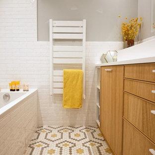 Immagine di una stanza da bagno padronale nordica di medie dimensioni con ante a filo, ante in legno chiaro, vasca sottopiano, piastrelle bianche, piastrelle a listelli, pareti blu, pavimento con piastrelle a mosaico, top in quarzite, pavimento giallo e top bianco