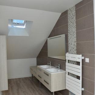 Modelo de cuarto de baño infantil, moderno, pequeño, con puertas de armario beige, baldosas y/o azulejos marrones, baldosas y/o azulejos de terracota, paredes blancas, suelo de madera en tonos medios, lavabo bajoencimera, encimera de madera, suelo marrón y encimeras beige