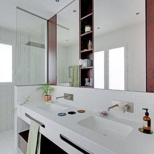 Cette image montre une salle de bain principale design de taille moyenne avec un carrelage gris, un carrelage blanc, un mur blanc, un lavabo intégré, des portes de placard rouges, une douche à l'italienne, carrelage en mosaïque, un sol en carrelage de céramique et aucune cabine.