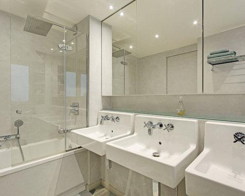 Salle de bain avec un lavabo suspendu et une baignoire d for Salle de bain avec baignoire