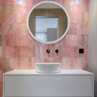 На фото: детская ванная комната в скандинавском стиле с плоскими фасадами, белыми фасадами, розовой плиткой, розовыми стенами, настольной раковиной, серым полом и белой столешницей с