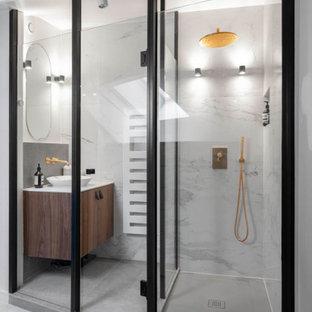 Aménagement d'une petit salle d'eau contemporaine avec un placard à porte plane, des portes de placard en bois brun, un carrelage blanc, un mur blanc, une vasque, un sol gris et un plan de toilette blanc.
