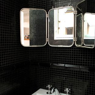Klassisches Badezimmer En Suite mit schwarzen Fliesen, Stäbchenfliesen, schwarzer Wandfarbe, Trogwaschbecken und Kalkstein-Waschbecken/Waschtisch in Paris