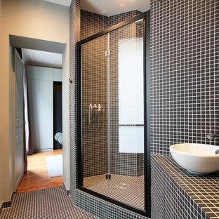 Idée de décoration pour une salle de bain design de taille moyenne avec une vasque, un plan de toilette en carrelage, un carrelage noir, carrelage en mosaïque, un mur noir et un sol en carrelage de terre cuite.