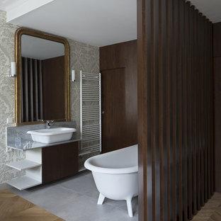 Cette photo montre une grand salle de bain principale chic avec une baignoire sur pieds, un mur multicolore, un sol en linoléum et une vasque.