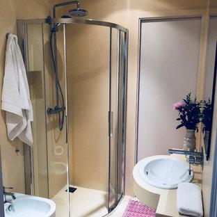 Imagen de cuarto de baño infantil, clásico renovado, pequeño, con ducha empotrada, sanitario de pared, baldosas y/o azulejos blancos, paredes amarillas, suelo de cemento, lavabo bajoencimera, encimera de cemento, suelo amarillo, ducha con puerta corredera y encimeras blancas