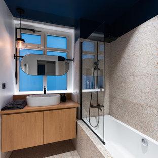 Exemple d'une salle d'eau tendance de taille moyenne avec un placard à porte plane, des portes de placard beiges, une baignoire en alcôve, un combiné douche/baignoire, un carrelage multicolore, un mur blanc, un sol en terrazzo, une vasque, un sol multicolore, aucune cabine et un plan de toilette beige.