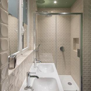 Idee per una stanza da bagno padronale design di medie dimensioni con doccia alcova, piastrelle bianche, piastrelle blu, piastrelle grigie, pavimento in gres porcellanato, top piastrellato, pavimento blu, porta doccia scorrevole e top bianco