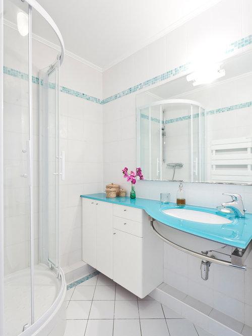 Salle de bain avec des portes de placard blanches et une douche d 39 angle - Placard d angle salle de bain ...