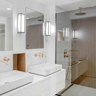 Cette photo montre une salle de bain tendance avec un placard à porte plane, des portes de placard blanches, une douche à l'italienne, un carrelage marron, un mur blanc, une vasque, un sol blanc, un plan de toilette blanc et meuble-lavabo suspendu.