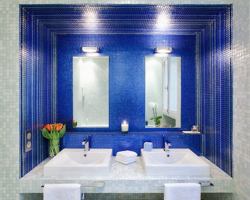 salle de bain avec carrelage en mosa que et un mur bleu. Black Bedroom Furniture Sets. Home Design Ideas