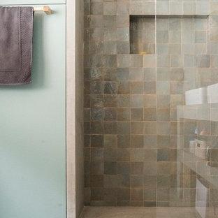 Modelo de cuarto de baño con ducha, contemporáneo, de tamaño medio, con armarios abiertos, baldosas y/o azulejos beige, encimera de cemento, ducha esquinera, baldosas y/o azulejos de terracota, paredes multicolor y suelo de cemento