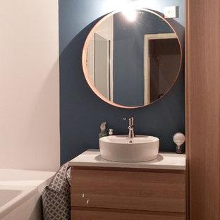 Idee per una piccola stanza da bagno padronale nordica con ante in legno chiaro, vasca sottopiano, vasca/doccia, pareti blu, parquet chiaro e lavabo da incasso