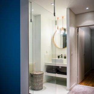 Idées déco pour une petite salle d'eau contemporaine avec une vasque, une douche d'angle, un mur blanc, un placard sans porte et des portes de placard blanches.