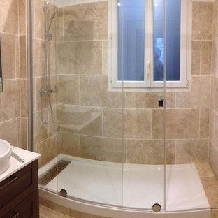 Immagine di una piccola stanza da bagno padronale minimal con ante a filo, ante marroni, doccia a filo pavimento, piastrelle beige, piastrelle di cemento, pareti beige, pavimento con piastrelle in ceramica, lavabo rettangolare, pavimento beige e porta doccia scorrevole
