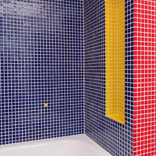 Ejemplo de cuarto de baño infantil, contemporáneo, pequeño, con bañera encastrada, combinación de ducha y bañera, baldosas y/o azulejos azules, baldosas y/o azulejos de cerámica, paredes blancas, suelo vinílico, lavabo bajoencimera, encimera de azulejos, suelo gris y ducha abierta