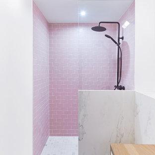 Foto di una stanza da bagno con doccia design di medie dimensioni con ante a filo, ante marroni, piastrelle blu, piastrelle di cemento, pareti rosa, pavimento in marmo, lavabo rettangolare, top piastrellato, pavimento bianco e top bianco
