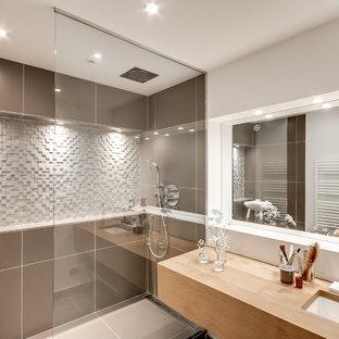 Idee per una stanza da bagno con doccia scandinava di medie dimensioni con piastrelle marroni, doccia a filo pavimento, pareti grigie e lavabo sottopiano