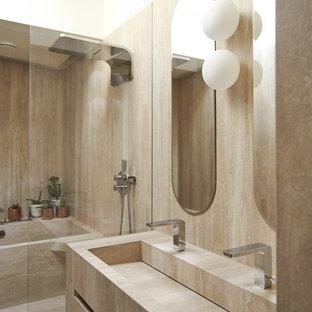 Exemple d'une salle de bain principale tendance de taille moyenne avec des portes de placard beiges, un carrelage beige, du carrelage en pierre calcaire, un mur beige, un sol en calcaire, un plan de toilette en calcaire, un sol beige, un plan de toilette beige, un placard à porte plane, une baignoire en alcôve, un espace douche bain et une grande vasque.