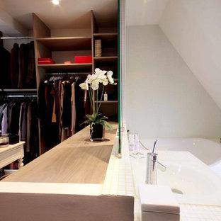 Inredning av ett modernt litet en-suite badrum, med ett hörnbadkar och mosaik