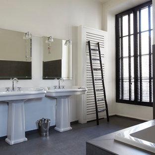 Idées déco pour une salle de bain principale contemporaine avec un lavabo de ferme, une baignoire posée et un mur blanc.