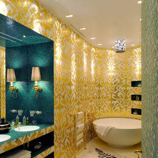 Новый формат декора квартиры: главная ванная комната в современном стиле с накладной раковиной, столешницей из плитки, отдельно стоящей ванной, желтой плиткой, металлической плиткой, разноцветными стенами и бирюзовой столешницей