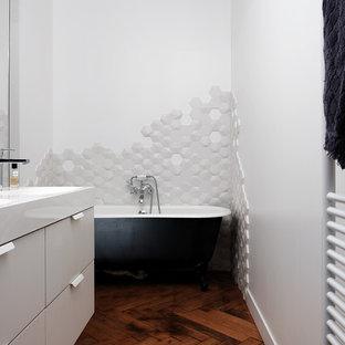 Salle de bain avec un sol en bois foncé : Photos et idées déco de ...