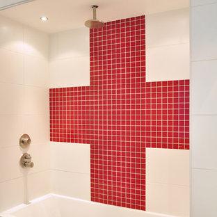 Immagine di una stanza da bagno padronale minimal con vasca ad alcova, piastrelle rosse, piastrelle a mosaico, pareti bianche, pavimento con piastrelle in ceramica e lavabo rettangolare