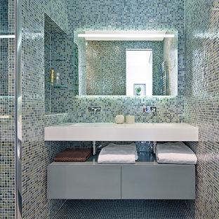 Idées déco pour une grand salle d'eau contemporaine avec un placard à porte plane, des portes de placard grises, un carrelage multicolore, carrelage en mosaïque, un mur multicolore et un lavabo intégré.