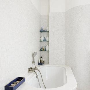 Réalisation d'une salle de bain principale design de taille moyenne avec une baignoire posée, un carrelage beige, un carrelage gris et un mur gris.