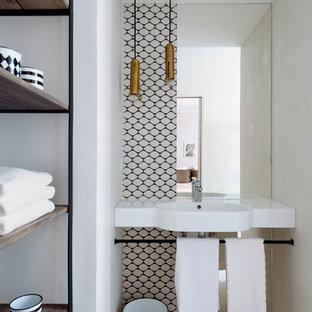 Inspiration pour une salle d'eau design avec un mur blanc, un sol en bois clair, un lavabo suspendu et un sol beige.