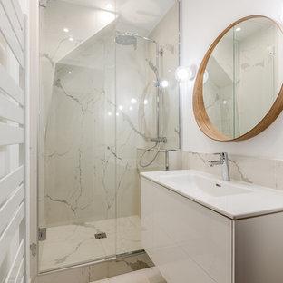 Foto di una piccola stanza da bagno padronale minimal con doccia a filo pavimento, piastrelle bianche, piastrelle di marmo, pareti bianche, pavimento in marmo, lavabo rettangolare, porta doccia a battente e top bianco