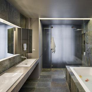 Réalisation d'une salle de bain principale design.