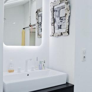 Inspiration pour une salle de bain design de taille moyenne avec des portes de placard noires, un mur blanc et une vasque.